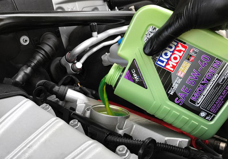 Заливка в двигатель масла