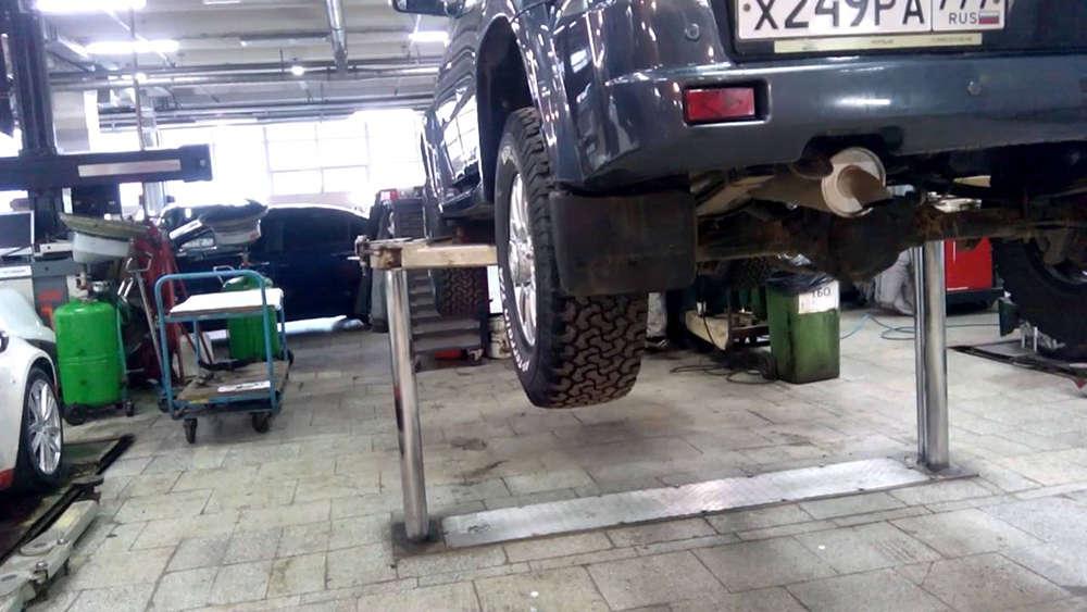 Установить авто на подъемник